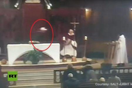 Η στιγμη της επιθεσης με μαχαιρι σε καναδο ιερεα .