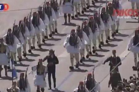 """ΣΕΙΣΤΗΚΕ το Σύνταγμα όταν η μπάντα των Ενόπλων Δυνάμεων έπαιξε το """"Μακεδονία Ξακουστή"""" την ώρα που παρελαυνε η Προεδρική Φρουρά."""