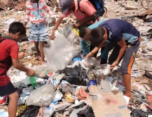 Εικόνες-σοκ από τη Βενεζουέλα: Παιδιά τρώνε από σκουπίδια σε χωματερές