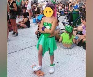 Φωτογραφία που σοκάρει. Κοριτσάκι πατάει κούκλα μωρό σε συγκέντρωση υπέρ των αμβλώσεων στην Αργεντινή
