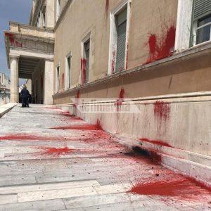 Ο Ρουβίκωνας Ανέλαβε Την Ευθύνη Για Τις Μπογιές Στη Βουλή