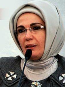 Η κυρία Εμινέ Ερντογάν τρέχει σε χριστιανικά μοναστήρια για την εύθραυστη Υγεία του συζύγου της;