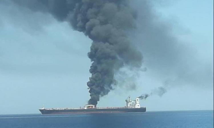 Ραγδαίες εξελίξεις: Βυθίστηκε το ένα από τα δύο τάνκερ στον κόλπο του Ομάν