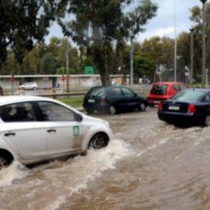 Πλημμυρισμένοι δρόμοι και διακοπές ρεύματος στα νότια προάστια