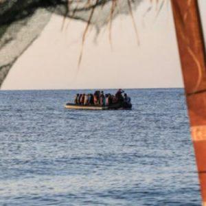 Βάρκες γεμάτες «πρόσφυγες» στο Αιγαίο, σε ένα μήνα έφτασαν 4.000 άνθρωποι -Το αδιαχώρητο ξανά στα νησιά