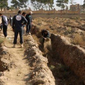 Nέα φρίκη στη Ράκα: Ανακαλύφθηκε ομαδικός τάφος με εκατοντάδες θύματα του ISIS.