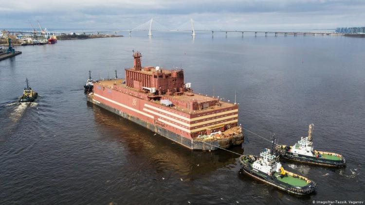 Ρωσία: Απέπλευσε ο πρώτος πλωτός πυρηνικός σταθμός παραγωγής ενέργειας