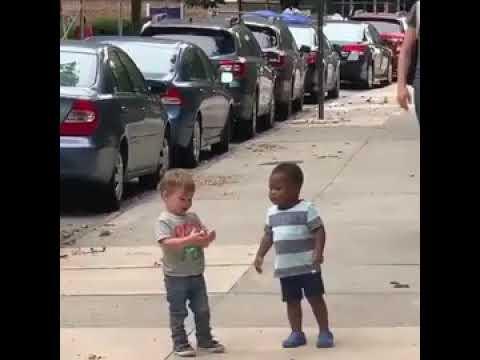 Το τρυφερό βίντεο με τα δυο μικρά παιδιά που τρέχουν να αγκαλιαστούν στη μέση του δρόμου και έχει γίνει viral