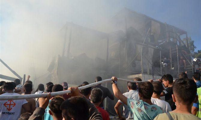 Φωτιά στη Μόρια: Μητέρα και παιδί οι νεκροί – Άγρια επεισόδια και συγκρούσεις
