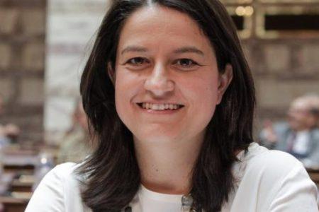 Λαός χωρίς εθνικότητα και θρησκεία: Η υπουργός Παιδείας Ν.Κεραμέως εξήγγειλε την υλοποίηση της απόφασης της ΑΔΑΕ