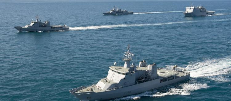 «Η Αλίκη στο Ναυτικό»: Η Νέα Ζηλανδία επιτρέπει στους ναύτες να φοράνε μακιγιάζ, ψεύτικες βλεφαρίδες & σκουλαρίκια