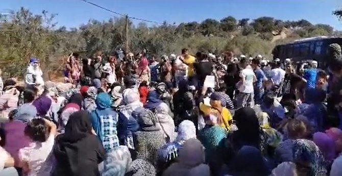 Καθιστική διαμαρτυρία στην Λέσβο – Οι παράνομοι μετανάστες απαιτούν και απειλούν τα ΜΑΤ