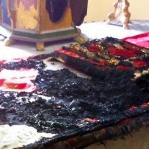 Χίος: Έκαψαν την Αγία Τράπεζα του Αγίου Χαραλάμπους – Ο ναός «πολιορκείται» από χιλιάδες μουσουλμάνους αλλοδαπούς (φώτο)