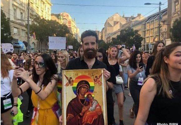 Ημέρες Αντιχρίστου! Εικόνες της Παναγίας με γκέι σύμβολα στην παρέλαση των ομοφυλοφίλων στο Βελιγράδι
