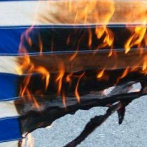 Αριστερός αστυνομικός έκαψε την ελληνική σημαία «για να εκδικηθεί την ακροδεξιά»!