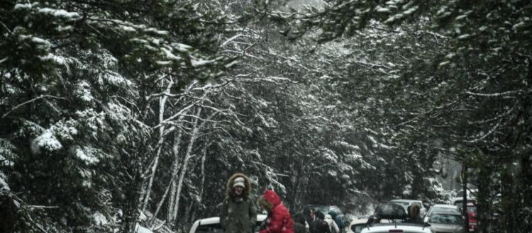 Πάρνηθα: Από νωρίς το πρωί έντονη χιονόπτωση – Έσπευσαν οι Αθηναίοι να χαρούν το χιόνι (φωτό)