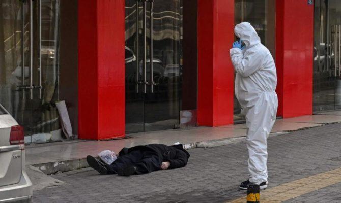 Απίστευτες εικόνες από την Γουχάν – Άνθρωποι πεθαίνουν στους δρόμους
