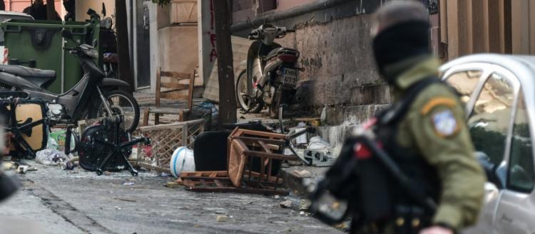 Ισχυρές αστυνομικές δυνάμεις στο Κουκάκι – Αναρχικοί ανακατέλαβαν τα δύο κτίρια που είχε εκκενώσει η ΕΛΑΣ!