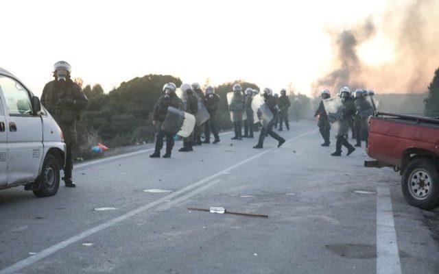 «Πόλεμος» για το Προσφυγικό: Μπλόκα από κατοίκους σε Λέσβο και Χίο, χημικά από τα ΜΑΤ – Αμετακίνητη η κυβέρνηση