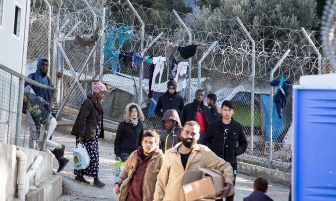Η κυβέρνηση επιτάσσει κτίρια προκειμένου να εγκατασταθούν πρόσφυγες