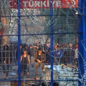 Έβρος: Νέα νύχτα επεισοδίων – Με δακρυγόνα οπλισμένοι οι μετανάστες – Έβγαλε την «αύρα» ο στρατός.