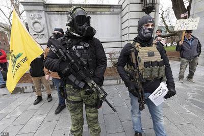 Κορωνοϊός: Χάος στις ΗΠΑ – Βγήκαν πολίτες με όπλα και απαιτούν να σπάσει η καραντίνα!