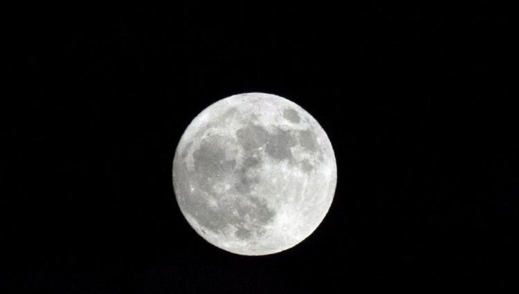 Ποια είναι αυτά τα μυστηριώδη αντικείμενα που γυρίζουν κοντά στο φεγγάρι;