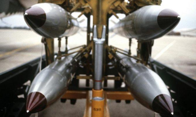 """Προβλέπεται σύγκρουση """"γιγάντων"""" στην Ευρώπη: Οι ΗΠΑ μεταφέρουν πυρηνικές βόμβες Β-61 στη Γερμανία – Oι Ρώσοι μετακινούν δυνάμεις στο Καλίνινγκραντ"""