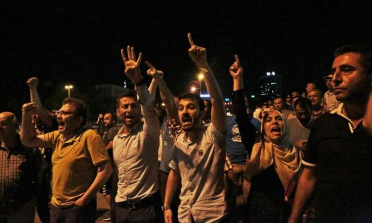 """Ρωσικά ΜΜΕ: """"Αρματώθηκαν με όπλα όλες οι παρατάξεις στην Τουρκία""""."""