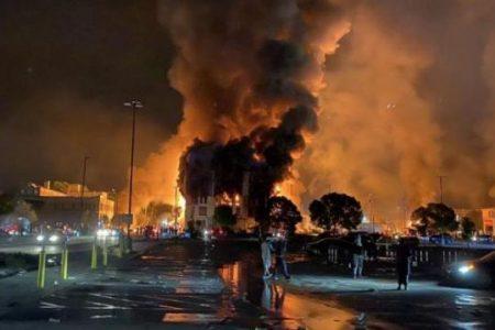 """Σοκαριστικές εικόνες από τις ΗΠΑ: """"Βράζει"""" η Μινεάπολη – Βρέθηκε πτώμα άνδρα με μώλωπες – Αυξάνονται οι νεκροί-Βίντεο"""