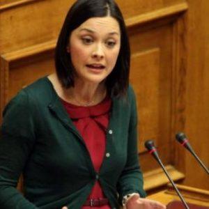Ξέχασαν ανοικτά τα μικρόφωνα της Βουλής – Ν. Γιαννακοπούλου για Ν. Κεραμέως: «Τα έχει κάνει σκ…α» (βίντεο)