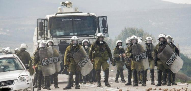 Eθνική ντροπή: Η Ελληνική Κυβέρνηση συνέλαβε ΟΥΚάδες! – Οδηγήθηκαν στα κρατητήρια γιατί διαμαρτυρήθηκαν κατά των μεταναστών