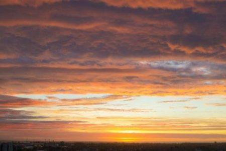 Όταν η δύση του ήλιου ενώνεται με την ανατολή – «Μαγικές» εικόνες! (βίντεο)