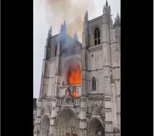 TΡOMOKΡΑΤΙΑ ΑΠΟ ΜΙΣΘΟΦΟΡΟΥΣ ΕΡNTΟΓΑΝ ΣΤΗ ΓΑΛΛΙΑ Καίγεται και ο ιστορικός καθεδρικός της Nante στη Γαλλία. ΚΑΙ ΤΟ ΑΕΡΟΔΡΟΜΙΟ ORLY.