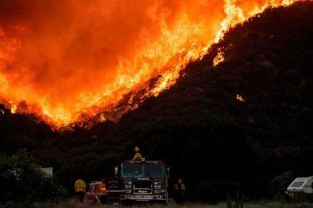 Τεράστια πυρκαγιά ακριβώς πάνω στο ρήγμα του Αγίου Ανδρέα.