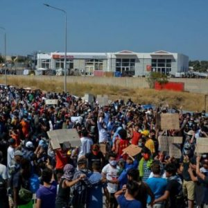 Νέος ξεσηκωμός αλλοδαπών στη Λέσβο! Συγκρούσεις με δυνάμεις των ΜΑΤ! (ΒΙΝΤΕΟ)