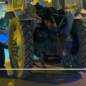 Οι Έλληνες μέσα και οι Αφγανοί «οικονομικοί πρόσφυγες» κάνουν βόλτα με κλεμμένο τρακτέρ στο κέντρο της Καβάλας! (βίντεο).