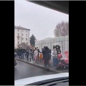 """ΑΠΟ ΤΗΝ """"ΠΑΝΟΥΚΛΑ"""" ΣΤΗΝ """"ΠΕΙΝΑ"""" Η κατάρρευση του δυτικού παραπετάσματος (lockdown)…Στο Μιλάνο 4000 άτομα σε ουρά για Τράπεζα παροχής τροφίμων. 5.000.000 Ιταλοί πεινάνε.Ουρές χλμ και στις ΗΠΑ για τρόφιμα…ΒΙΝΤΕΟ."""