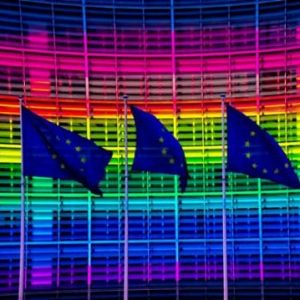 Η Ευρωπαϊκή Επιτροπή ζητά από την Ελλάδα να προωθήσει την σχετική νομοθεσία για υιοθέτηση παιδιών από ομόφυλα ζευγάρια
