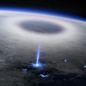 Έχετε δει ποτέ μία μπλε αστραπή να κατευθύνεται προς τα πάνω από κεραυνούς; Τώρα παρακολουθήστε αυτό!?!