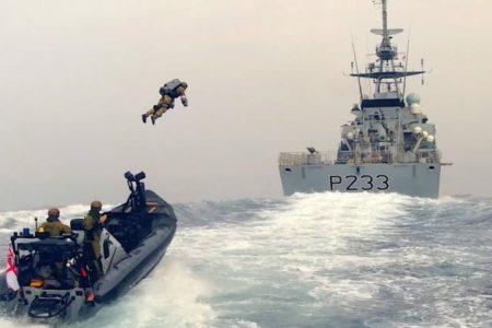 Βρετανία: Το πολεμικό ναυτικό σε άσκηση με στολές αλά… «Iron Man» – Δείτε το εντυπωσιακό βίντεο.
