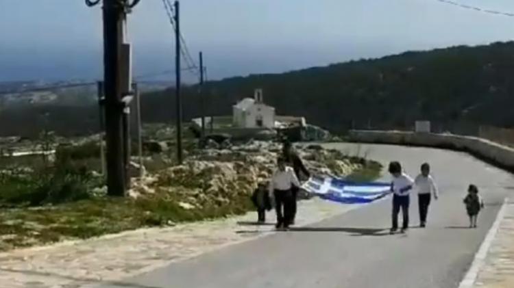 Γαύδος : Τρεις μαθητές έφεραν την Ελλάδα στην πλάτη τους