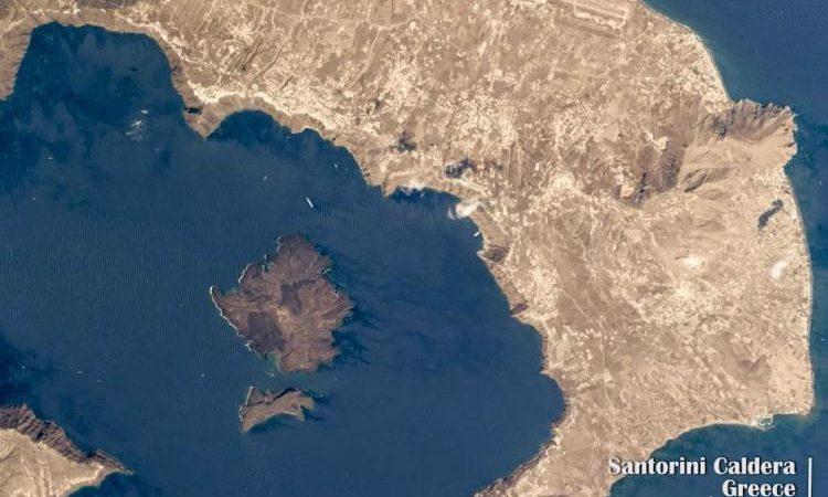 Υπόγεια ρηχή κυλινδρική ανωμαλία στο ηφαίστειο της Σαντορίνης