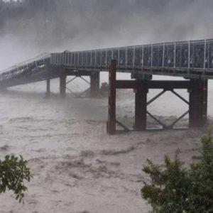 Τεράστια γέφυρα χάθηκε μέσα σε ορμητικό ποτάμι στη Νέα Ζηλανδία