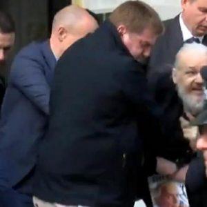 Julian Assange: Η στιγμή που τον σέρνουν έξω από την πρεσβεία