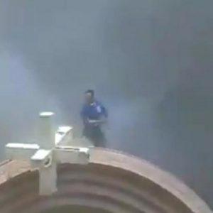 Αυτό είναι το πραγματικό πρόσωπο του Ισλάμ! Άνδρας γκρεμίζει σταυρό και τον σπάει με μανία….