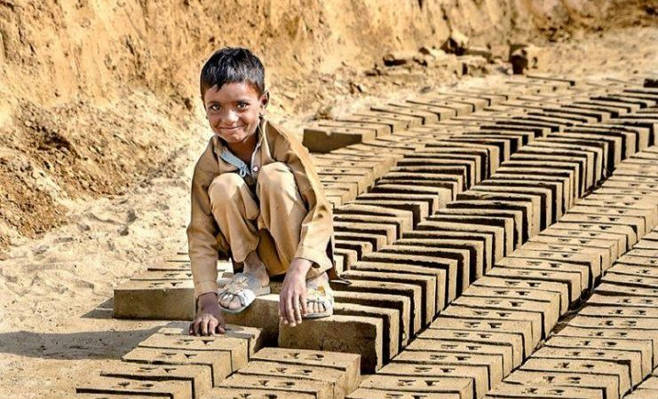 Τα παιδιά – δούλοι δουλεύουν για 5 δολάρια ώστε να ξεπληρώσουν το «χρέος» που δημιουργούν με την εργασία τους! Φωτογραφικό ντοκουμέντο από τους σκλάβους των τούβλων…