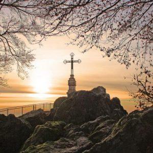 Εικόνες που παραπέμπουν σε Ισλαμιστές: Μπουλντόζα «ρίχνει» Σταυρό στην Πτολεμαΐδα