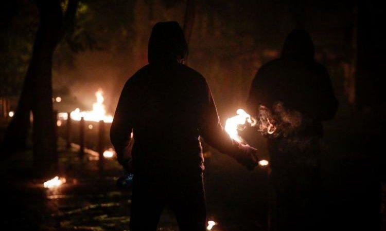 Άγρια επεισόδια σε Αθήνα-Θεσσαλονίκη -«Βροχή» οι μολότοφ και χημικά – Συγκρούσεις και πυροβολισμοί στα Εξάρχεια