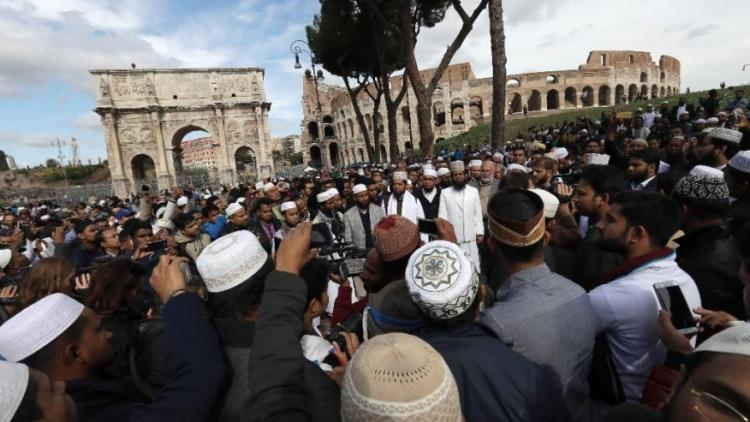 Εικόνες ντροπής: Μουσουλμάνοι προσεύχονται έξω από το Κολοσσαίο – Η απόλυτη ισλαμοποίηση της Ευρώπης